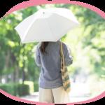 日傘を差して屋外を歩く女性